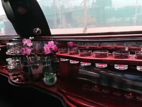 リムジン車内の高級感溢れる内装