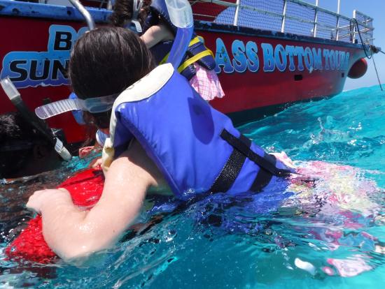 ボートシュノーケリング ボートから降りるところ