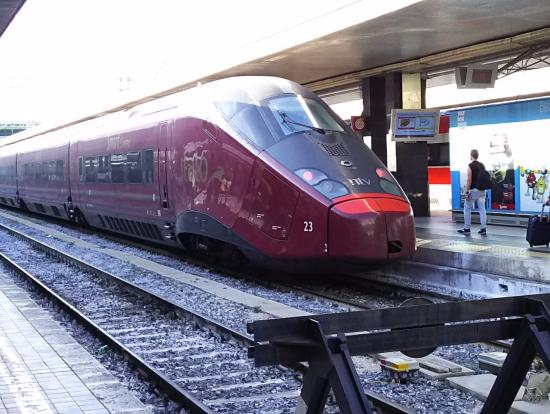 真っ赤な新幹線は、意外に汚れてる