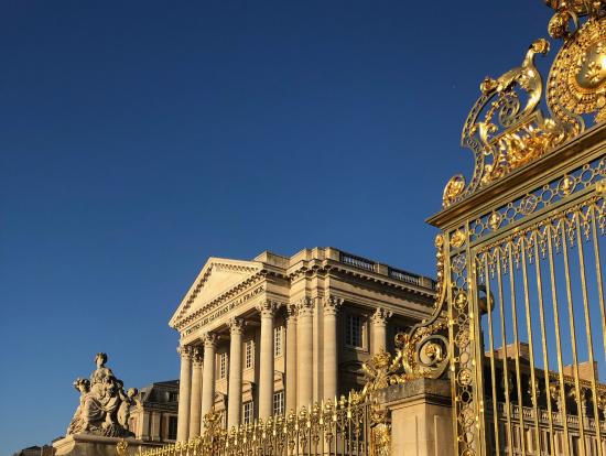 黄金に輝く門