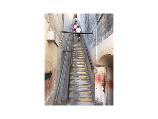 ダイヤモンドヘッド最後のほうの階段。傾斜きつめです(笑)