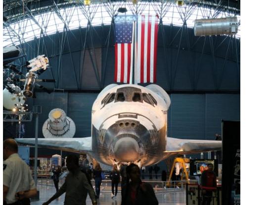 正面顔でお出迎えのスペースシャトル
