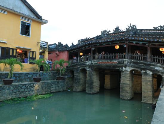 日本橋。土曜日ということもあって、観光客で賑わっていました。