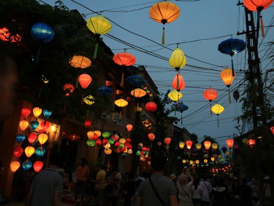 ランタンの灯りで照らされる街並みはとても綺麗でした。