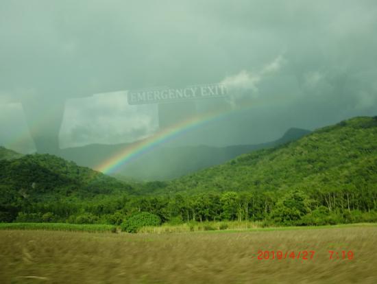 バスの車窓から幸運の虹