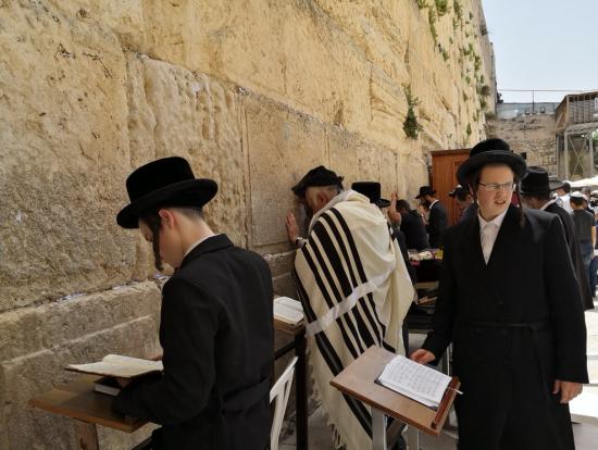 嘆きの壁で祈りを捧げるユダヤ教徒