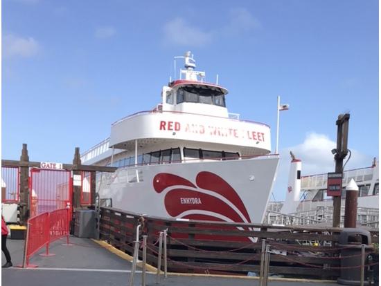 この船で湾を周遊します。