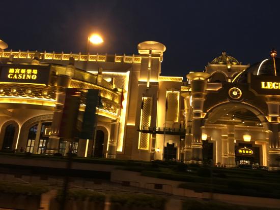 黄金に輝くホテル