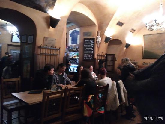 2件目に行った。ビールが美味しいビアホールです!人気過ぎて、待ちきれないチェコ人が入口の外で飲み始めていました。