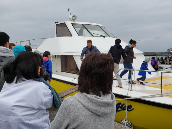 ホエールウォッチング船