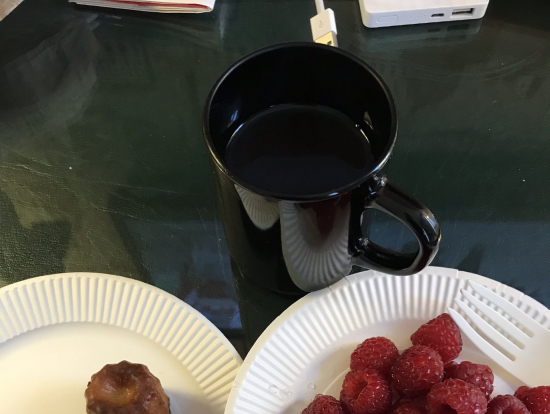 日本から持って行ったお湯を注ぐ美味しいコーヒーと、マルシェで買った ラズベリー(そんなに新しくなかった)とお惣菜屋さんで買ったミニカヌレをのんびり食べました。