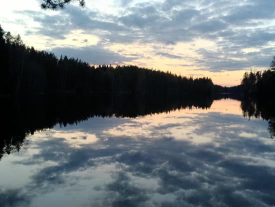 空と湖が鏡のようにひとつになる