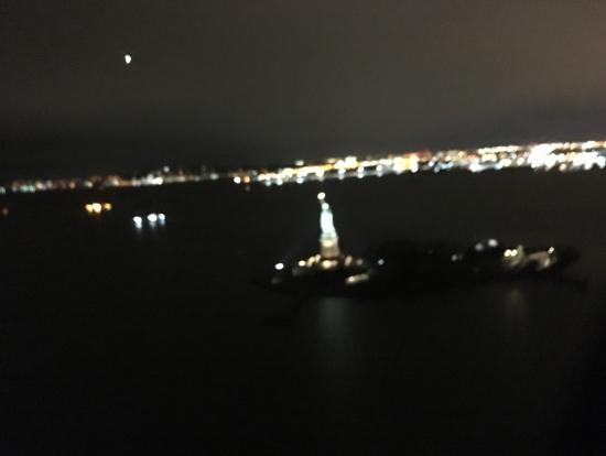 左に旋回、午前中に訪れたエリス島の自由の女神がぐるっと見えます。