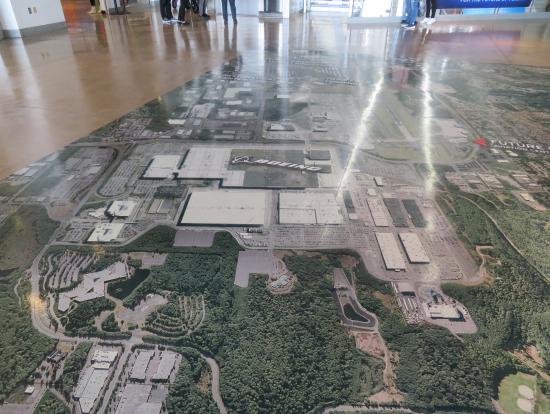 ホールの床は航空写真が貼ってあります