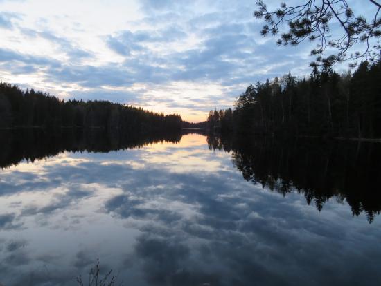 日暮れの空がそのまま反転したような景色でした。