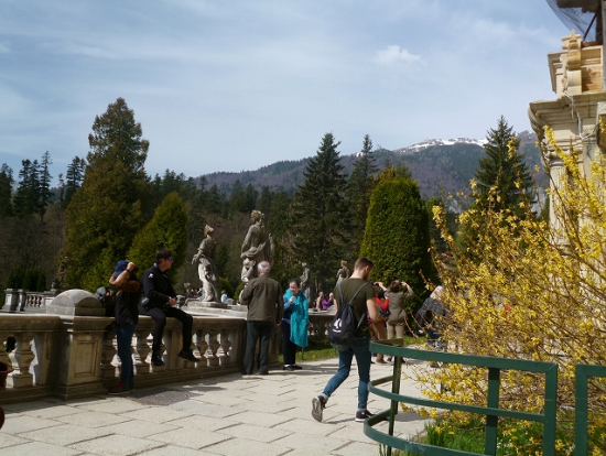 ペレシュ城にはレンギョウが咲き、カルパチア山脈には雪が見えました。