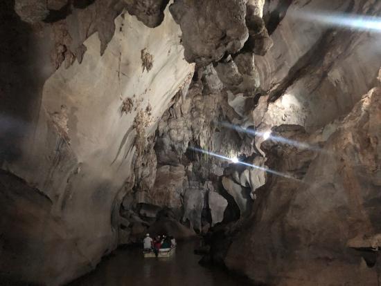 TDLの某アトラクションの様な洞窟ボートツアー
