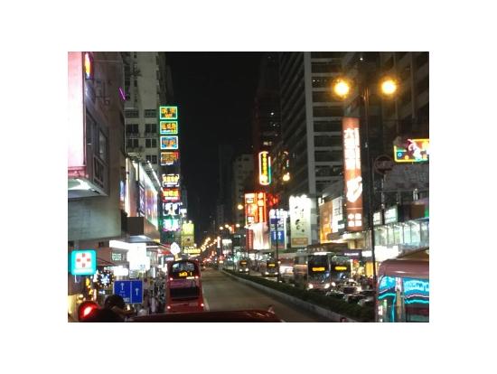 ネイザンロードのネオン。この周辺は九龍地区で賑わっているところで、これより先に香港映画に出てくるような道路に付き出した看板が出現してくる。