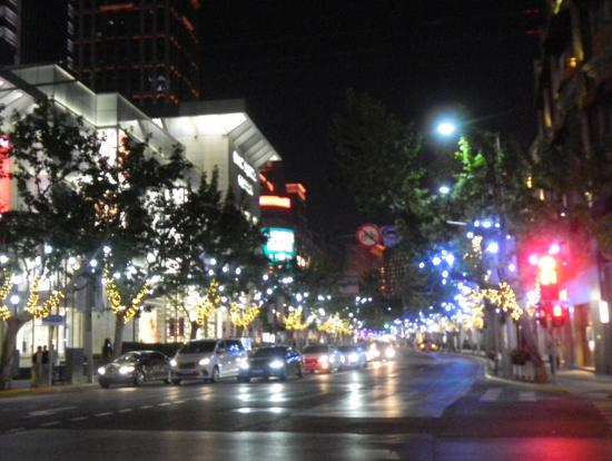 目の前の並木道のライトアップは色が変わってきれいでした。
