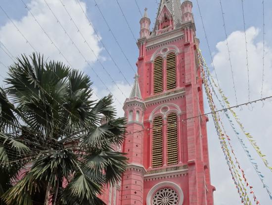 市場のそばのかわいい教会