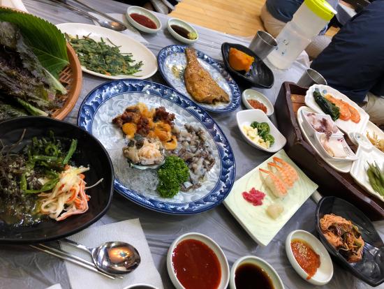 チャガルチ市場のランチ。ガイドさんに交渉していただいたので、1人3万ウォンでお腹いっぱい食べられました。