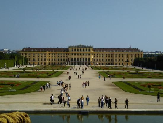 噴水の上から宮殿を望む