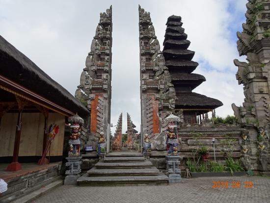 ブサキ寺院の代わりに訪問したウルン・ダヌ・バトゥール寺院(アグン山の噴火により)
