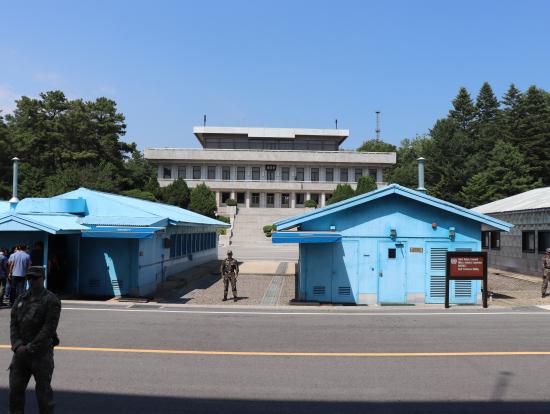 北朝鮮と韓国の国境。白い建物は北朝鮮が、ブルーは韓国が管理