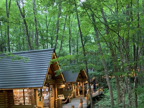 ニングルテラスとは、森の中に小屋を作り、それぞれの小屋がテーマをもって小物等を販売している場所ですが、非常に趣があります。特にライトアップしていると、森の中に何かいそうな感じがします