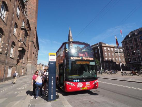 City Hall Square に停車中のバス