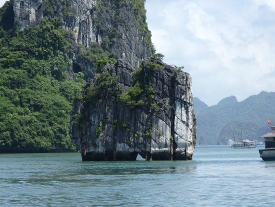 香炉岩(20万VNDに描かれている岩)