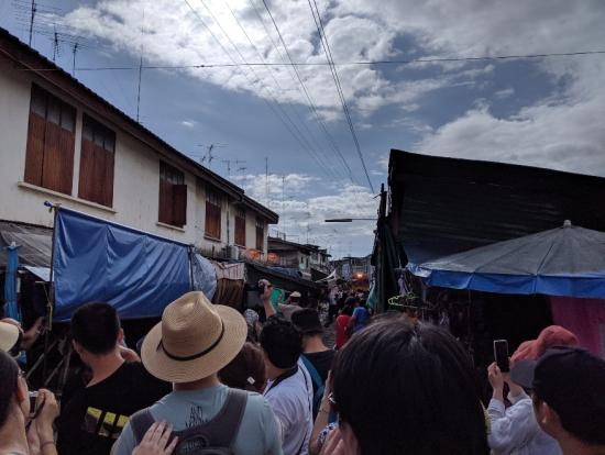 列車近づいたら観光客が群れ集まってきた
