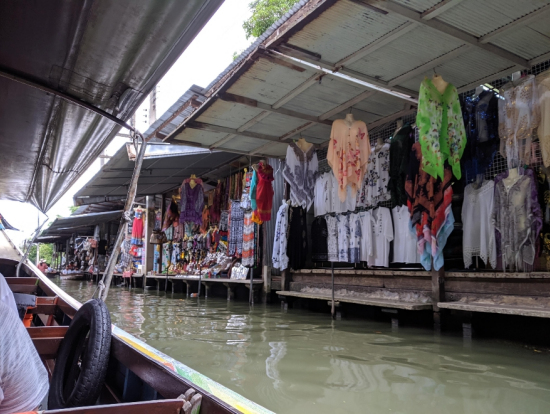 水上マーケットは手漕ぎボートでないと雰囲気感じられない。モーター付きボートはガッカリ!