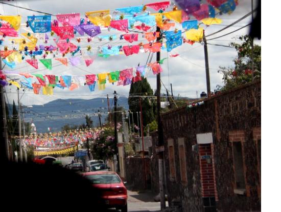 メキシコの伝統切り絵パペルプカドで飾られた道中の小さな街