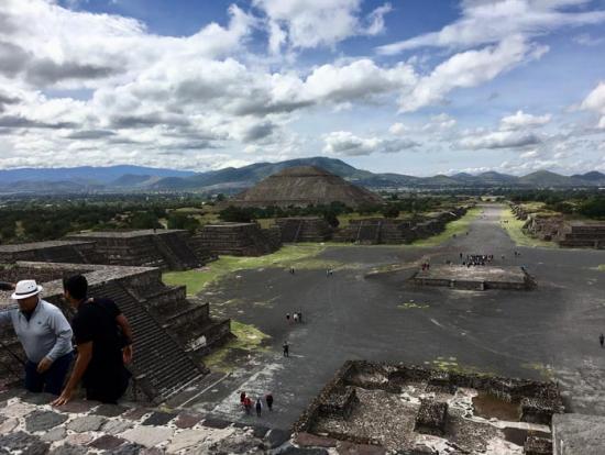 テオ(神の意)が住む地、巨人が住んでいた都市、と呼ばれるテオティワカンを実感できます