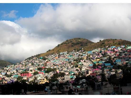 道中、山肌に貼りついたカラフルな街が見えます