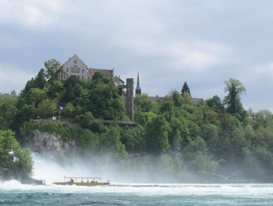 船から見た滝