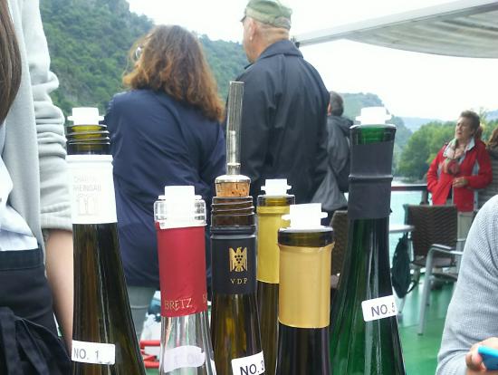 船でワイン試飲