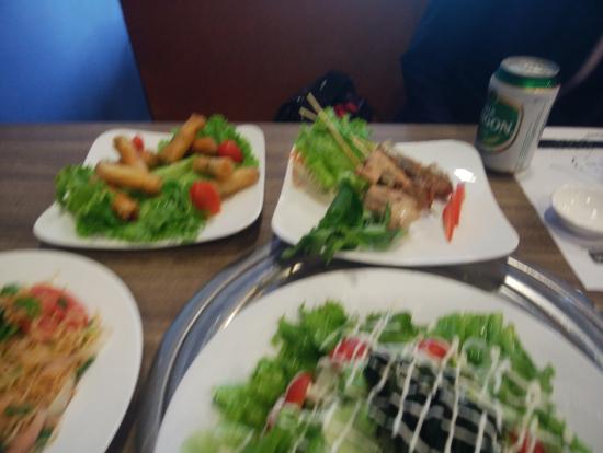 ツアーで食べたランチです。写真右奥がマグロ串焼きです