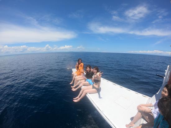 シュノーケル出来る場所までの移動中 船の帆先で楽しい写真を沢山撮って貰えました
