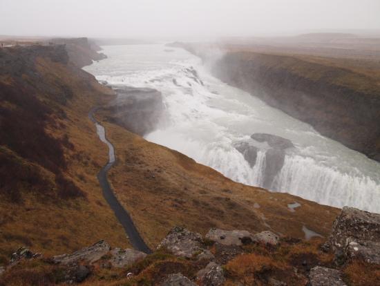 土砂降りのグトルフォスの滝