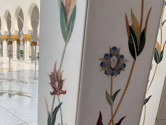 大理石の柱、象嵌や螺鈿細工が施されている