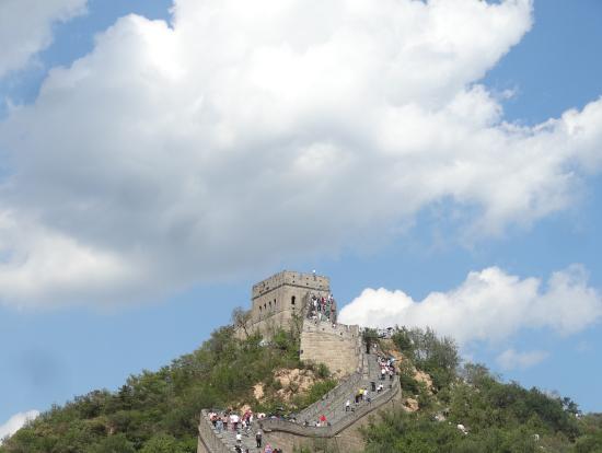 万里の長城。一見きれいに舗装されている道に見えますが、すり減って凸凹しているところが多いためスニーカーでよかった。