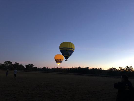 1回目飛行の気球を地上から鑑賞