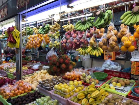 マーケットの果物屋さんです。
