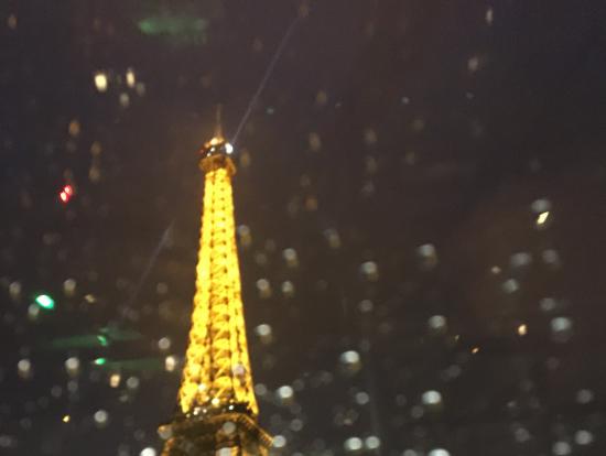 雨粒越しのエッフェル塔