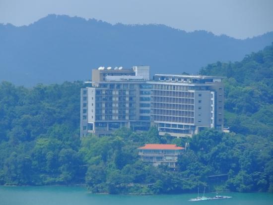 日月潭の丘にある雲品ホテルを望む