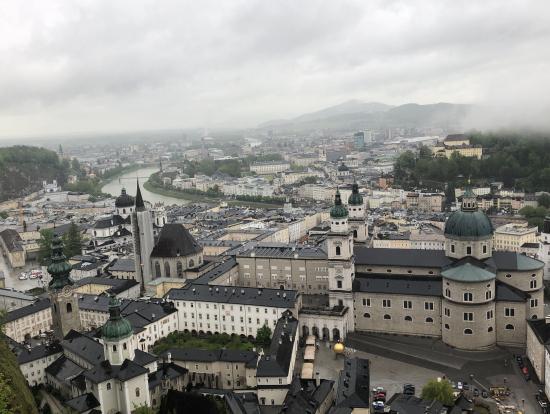 雨の日のホーエンザルツブルク城からの眺め