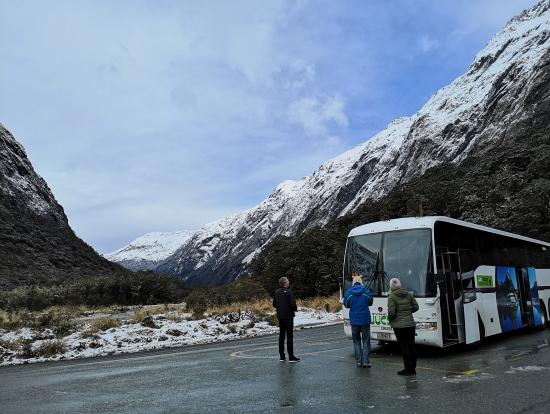 天井がガラス張りのバスで、見上げると山の頂が見えます。