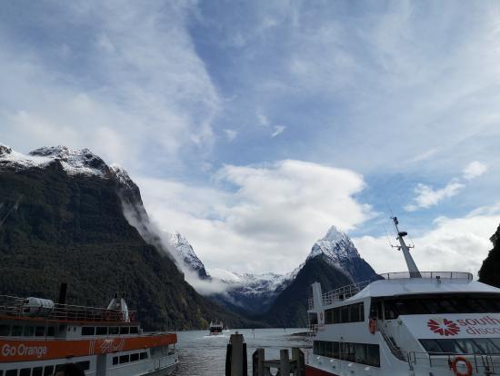 船の中で昼食を取りながら景色を楽しみます。